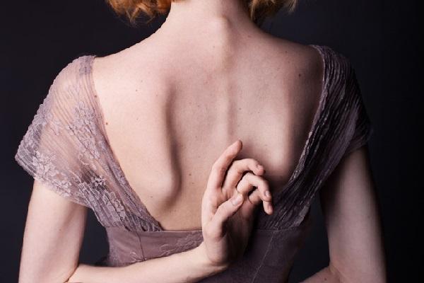 身近にある背中ニキビ原因を見つけて、ツルさら肌になる9つの方法