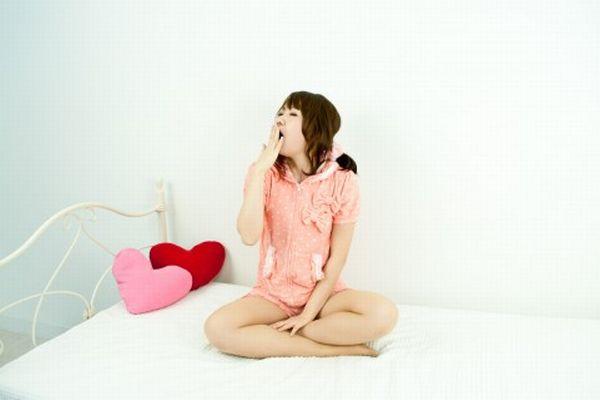 寝起きの口臭をチェックして、恋愛関係を深める7つの方法