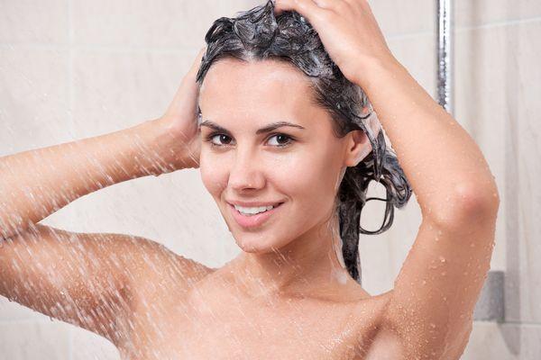 頭皮の脂を正しく取り除いて、髪の毛を健康に保つ7つの方法