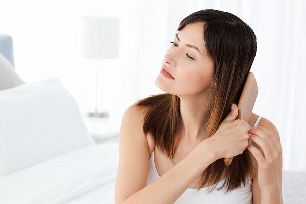 頭皮とストレスの関係を学んで女性の抜け毛を予防する女性