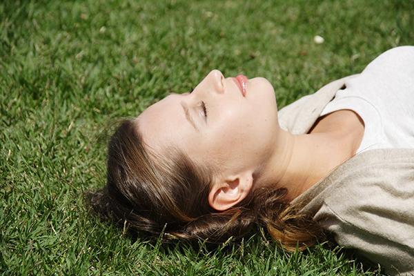 抜け毛に悩む女性必見!原因を知って直す7つの対処法