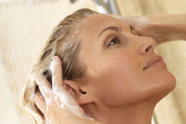 薄毛の女性の悩みを解消してくれる、7つの頭髪ケア習慣
