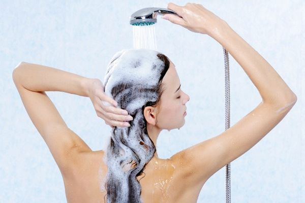 育毛シャンプーを正しく選んで女性の魅力的な髪を維持する方法