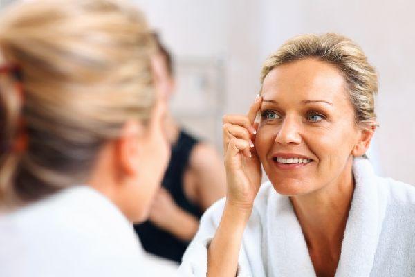 眉間のニキビに悩む人が知るべき、5つの原因とその予防策