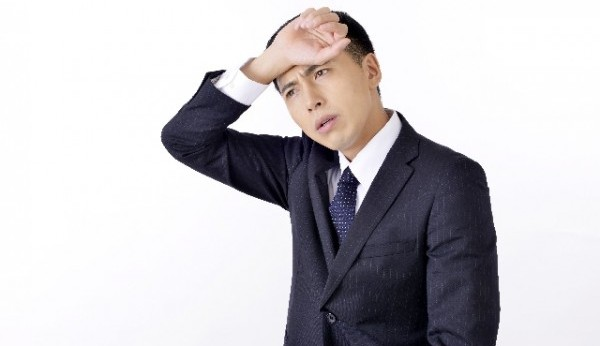 緊張したときに汗が出るのはなぜ?原因と4つの対処法