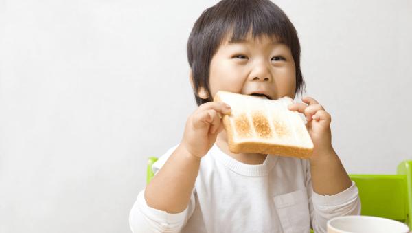 背を伸ばすのをあきらめないで!子供の成長に必須な栄養素