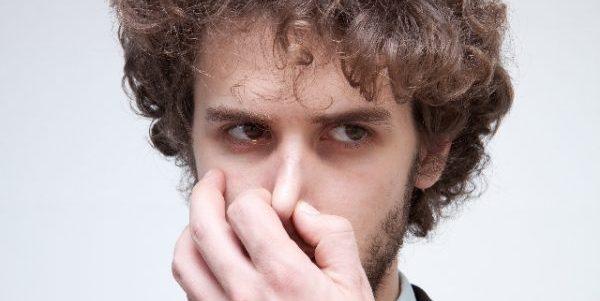 足の爪の臭いが気になる人必見!原因と対処法