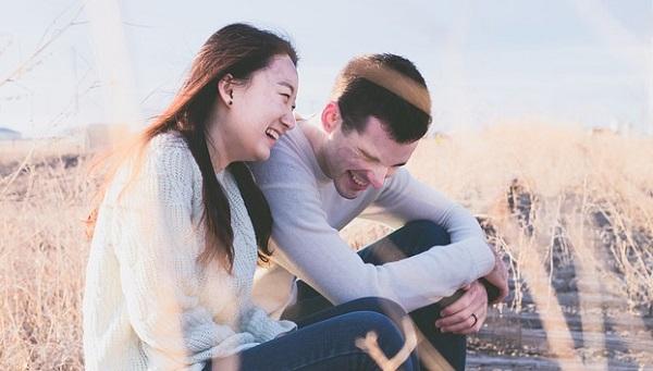 身長差のないカップルの悩みを解決する5つの法則