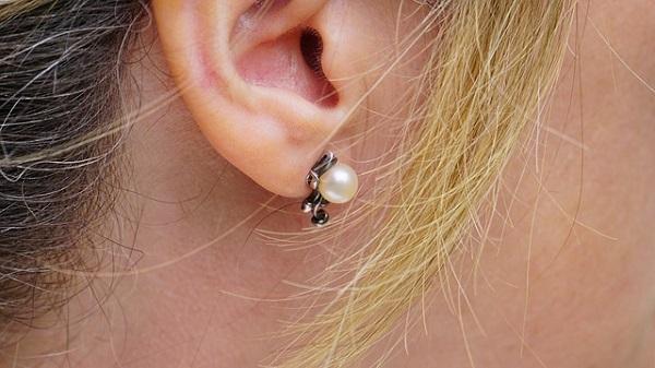 痛い耳ニキビをすぐ治したい!その原因と治療法